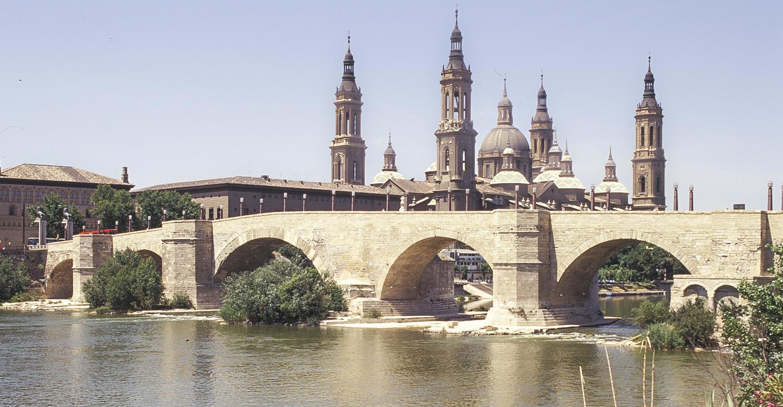 Puente de Piedra - siedmiołukowy most z XV w. nad rzeką Ebro - Saragossa, Hiszpania. W tle bazylika katedralna Matki Bożej na Kolumnie)